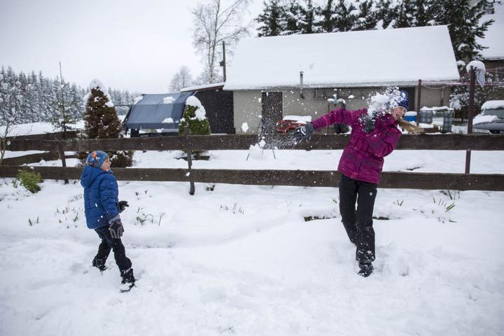 Schon am Ostermontag reichte der Schnee für eine Schneeballschlacht aus.