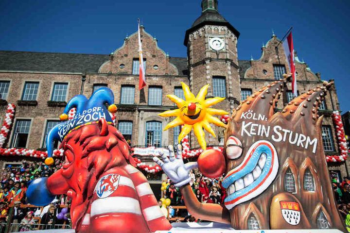 """in Karnevalswagen zeigt beim nachgeholten Rosenmontagszug im Jahr 2016 in Düsseldorf das Motiv """"Düsseldorf kein Zoch - Köln kein Sturm""""."""