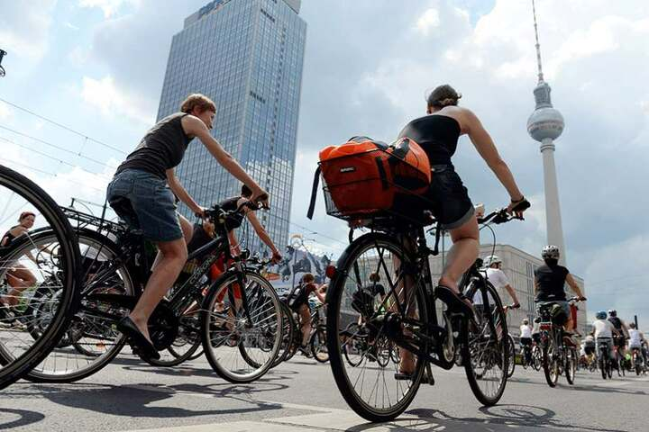 Eine Raddemo fährt durch Berlin, um die Forderungen der Initiative für mehr und bessere Radwege zu unterstützen (Archivbild).