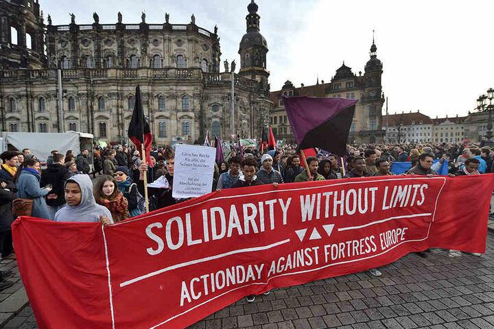 """Bereits im Februar demonstrierte """"Solidarity without limits"""" über die  Marienbrücke."""