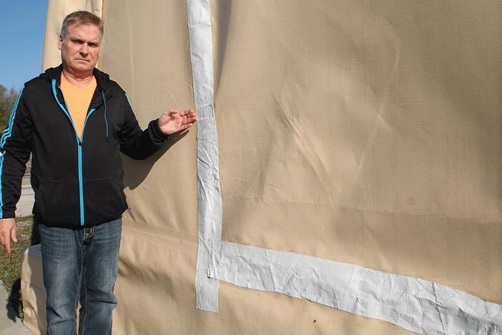 Notdürftig klebte Reiterhof-Chef Mario Stenske (50) die zerschnittene Folie  zusammen.