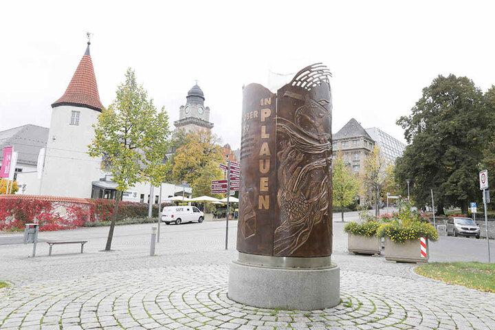 """Plauen, Postplatz: Rund. Die allererste erfolgreiche Großdemo im Oktober 1989 (7.10.) erlebte Plauen. Das Denkmal in Form einer Kerze wurde nach einem Entwurf des Künstlers Peter Luban gestaltet. Zudem hat auch Plauen einen """"Weg der friedlichen Revolution"""