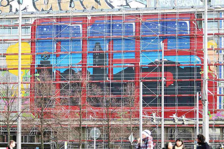 Damit solche Schmierereien, hier an der alten Hauptpost am Augustusplatz, nicht mehr vorkommen, eröffnet die Stadt eine legale Sprühfläche an der Antonienbrücke.