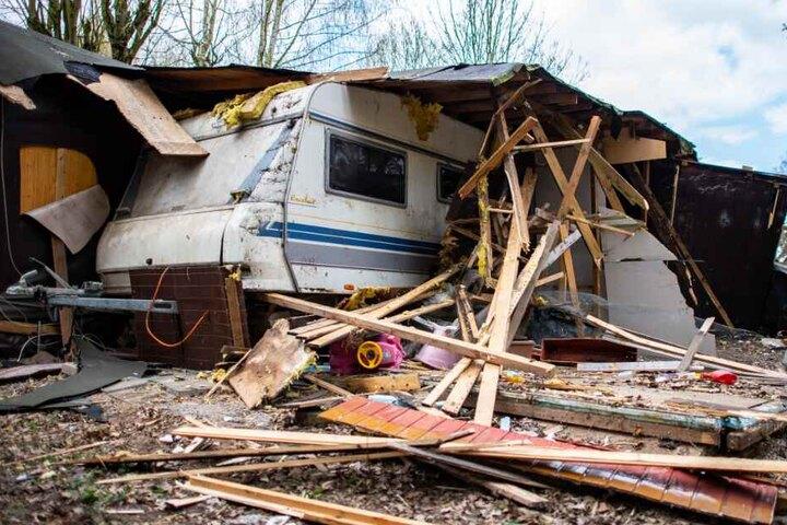 Ein Kinderauto liegt unter dem Trümmern vor der zum Teil bereits abgerissenen Parzelle.
