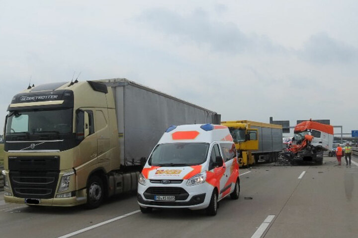 Der Unfallverursacher (orange-weißes Führerhaus) schob bei dem Unfall den vor ihm haltenden Lkw (gelb) auf dessen Vordermann.