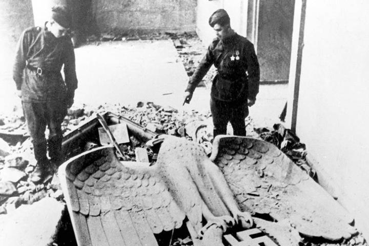 Das Kriegsende 1945: Russische Soldaten in den Trümmern der  Reichskanzlei.