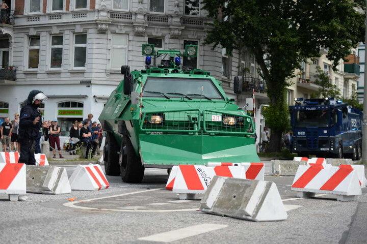 Schwere Geschütze gegen Blockaden: Ein Sonderfahrzeug der Polizei und Straßensperren blockieren eine Kreuzung.