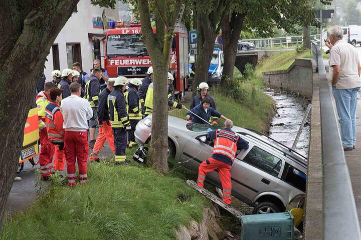 Die Rettungskräfte rückten im Großeinsatz an, um Fahrerin und Auto aus dem Bach zu retten.