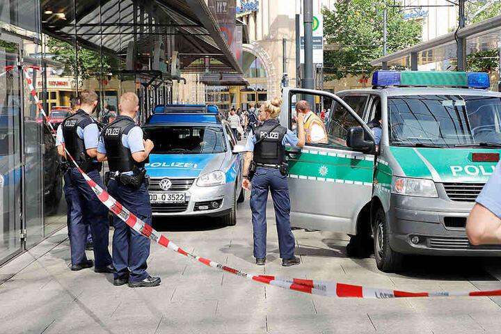 Die Polizei war mit mehreren Fahrzeuge am Kaufhof vor Ort.