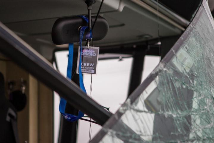 Vier Crew-Mitglieder saßen zum Unfallzeitpunkt im Bus, zwei von ihnen wurden leicht verletzt.