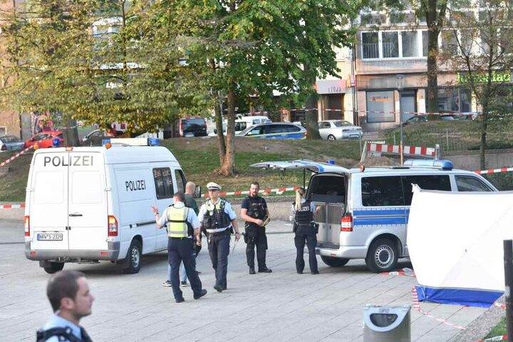 Der Tatort wurde weiträumig abgesperrt, die Ermittlungen am Tatort laufen derzeit noch.