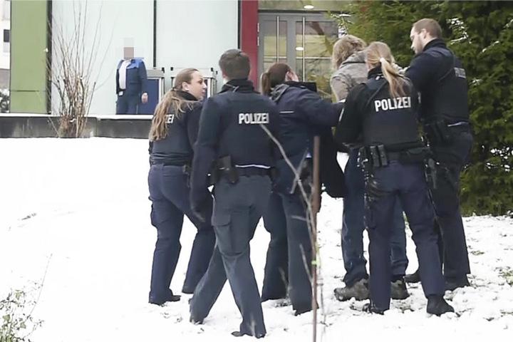 Eine Person wurde außerhalb der Klinik von Polizisten festgehalten.