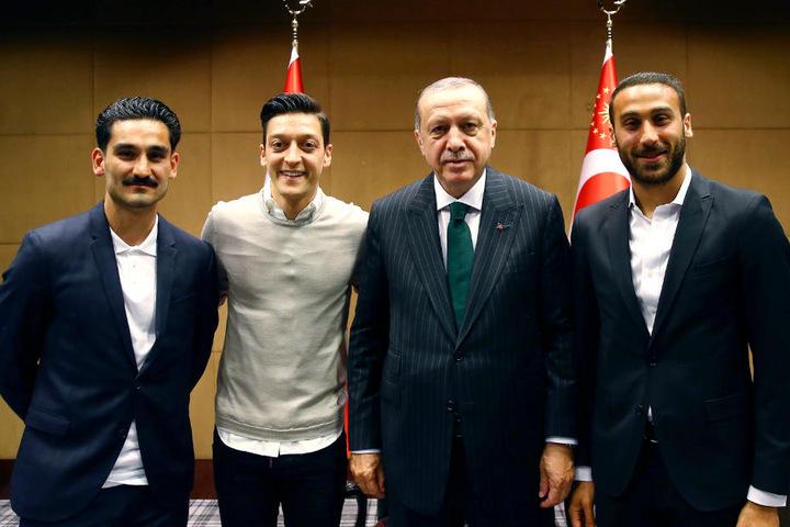 Der Stein des Anstoßes: Das Bild mit (v.l.) Ilkay Gündogan, Mesut Özil, Recep Tayyip Erdogan und Cenk Tosun.