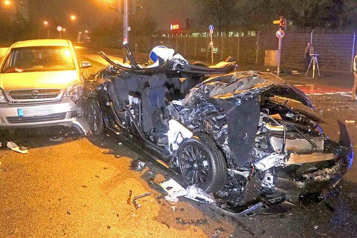 Als die Rettungskräfte zwei eingeklemmte Insassen aus dem BMW befreien wollten, explodierte der Airbag.