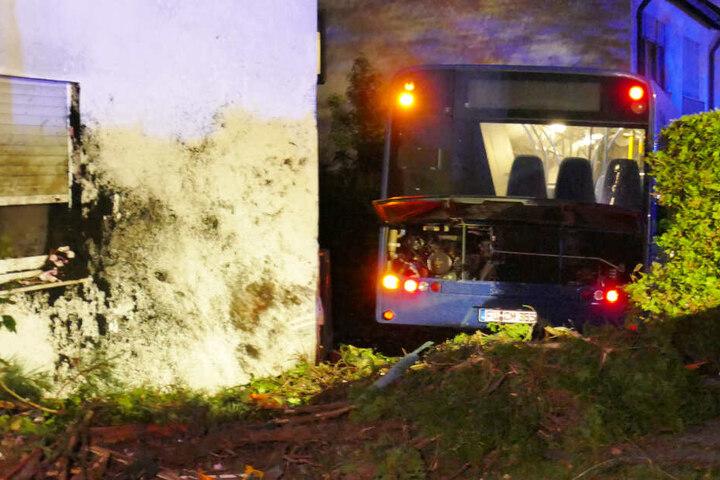 In Fürth ist ein Bus nach einer Irrfahrt in ein Haus eingeschlagen, ein zweites wurde gestreift.