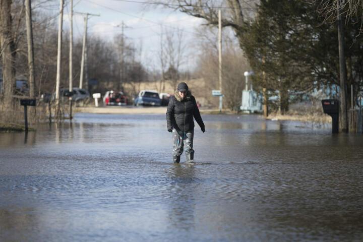 Menschen müssen sich durch die Wassermassen durchkämpfen.