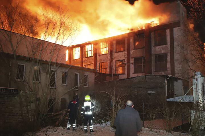 Die dreistöckige Industriebrache in der Turnstraße in Chemnitz ist in der Nacht zu Mittwoch in Flammen aufgegangen.