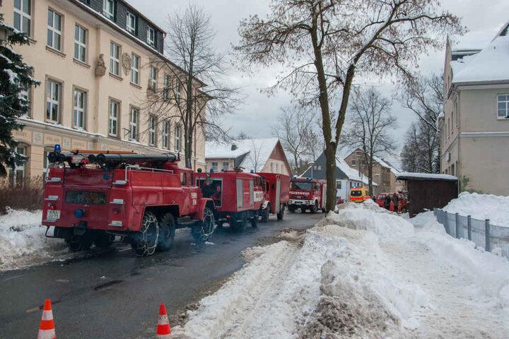 Die Straße vor der Schule blieb während des Löscheinsatzes komplett gesperrt.