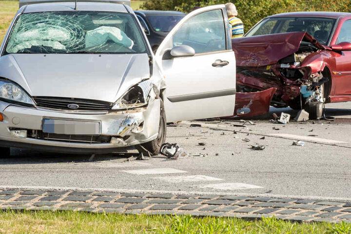 Ein Opel ist frontal in einen entgegenkommenden Ford geknallt.