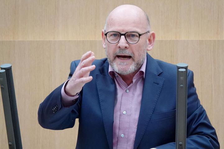Verkehrsminister Winfried Hermann (Grüne) hält nicht viel von Billigflug-Anbietern.