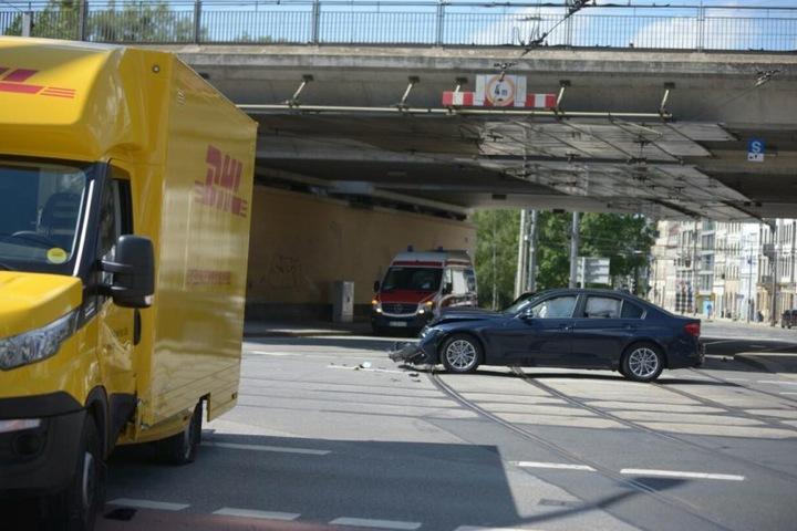 Ein BMW ist dabei in einen DHL-Transporter gerauscht.