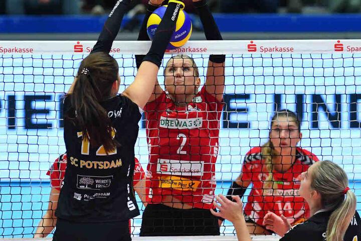 Netzduell aus dem Hinspiel, das der DSC daheim mit 3:0 für sich entschied: Eva Hodanova (vorn) gegen Mareen von Römer.