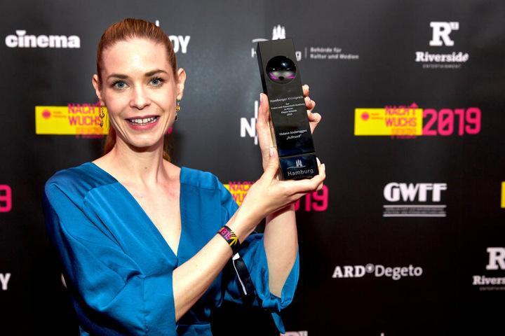 """Viviane Andereggen gewann bereits zum zweiten mal. In diesem Jahr wurde sie in der Kategorie """"Hamburger Krimipreis der Freien und Hansestadt Hamburg zu Ehren Jürgen Rolands"""" ausgezeichnet."""