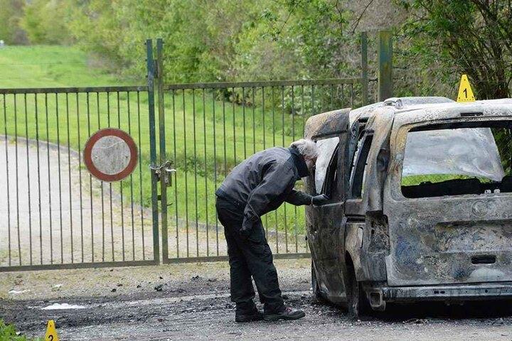 Spezialisten untersuchen das Auto.