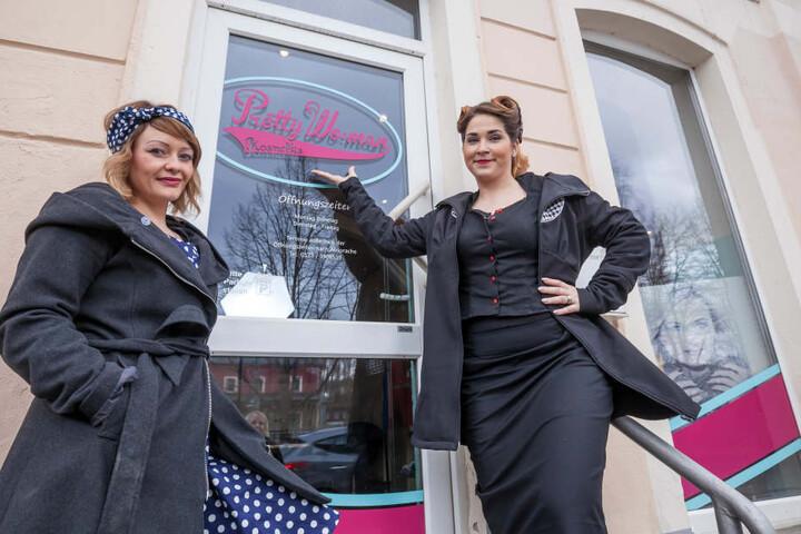 Petticoat, Corsage, Haartolle: Kundin Sophie und Ladenchefin Franziska leben die  50er richtig aus