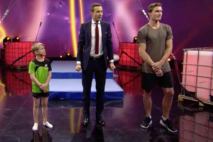 Anton (l.) gewann in der ARD-Show gegen Thomas Röhler (r.). Moderiert wurde die Sendung vom gebürtigen Hallenser Kai Pflaume (M.).