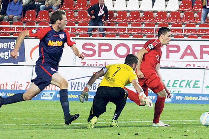 Das 3:0! Marcel Bär (r.) umkurvt Keeper Philipp Pentke und schiebt den Ball ins Netz.