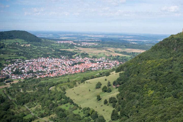 Blick auf Neuffen und die Burg Hohenneuffen in Baden-Württemberg.