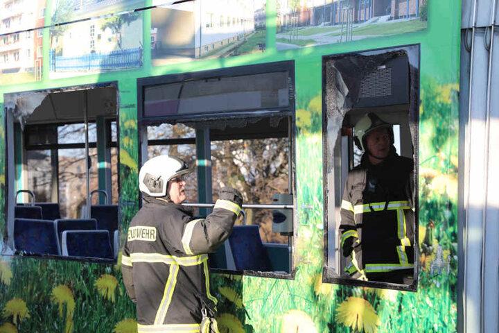 Die Feuerwehr begutachtete den Schaden an der Straßenbahn.