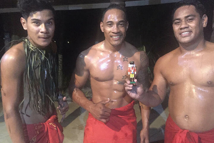Eine traditionelle Tanztruppe aus Samoa brachte dem zugegeben etwas hölzern  wirkenden Erzgebirgler auch ein paar heiße Rhythmen bei. Die Inselbewohner  hatten offensichtlich große Freude an der Begegnung.