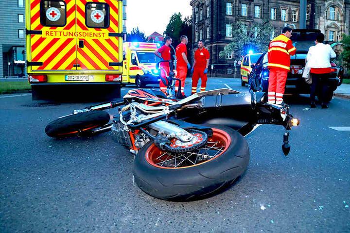 Nach Zeugenaussagen war der Motorradfahrer auf seinem Bike (KTM) auf der Albertstraße in Richtung Carolabrücke unterwegs.