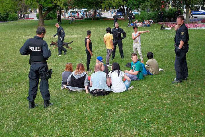 Mit Präsenz und mehreren Razzien versuchten 2016 Rathaus und Polizei Kriminelle aus dem Stadthallenpark zu vertreiben.