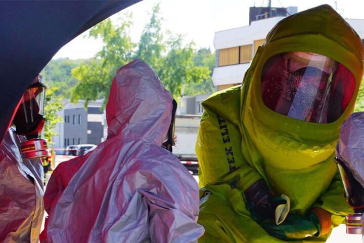 Mit speziellen Schutzanzügen drangen Spezialisten zum Unfallort vor.