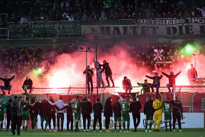 Trotz der 0:3-Pleite feierten die BSG-Fans ihre Mannschaft nach dem Abpfiff.