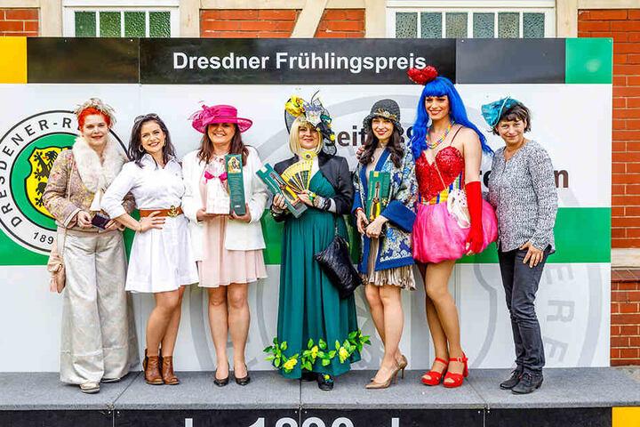 Die Jury und die drei Preisträger des Hutwettbewerbs. Platz Eins ging an  Katharina Dietrich (Mitte) aus Leipzig.