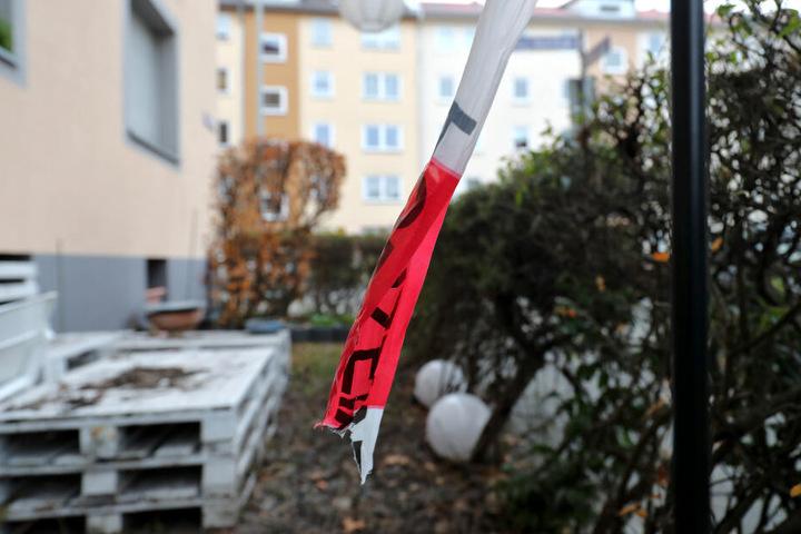 Überbleibsel eines der Angriffe: An einem Tatort hing lange Zeit ein Absperrband der Polizei. (Archivbild)