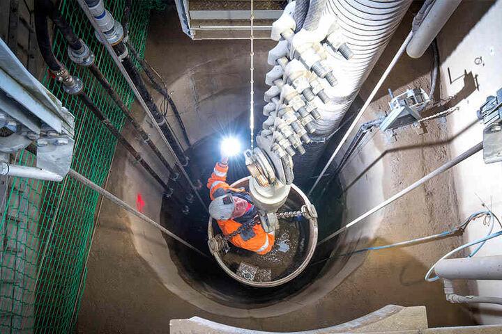 Erkundungsschacht in Pöhla: Tilo Seltmann von der Firma SME fährt in 52 Meter Tiefe.