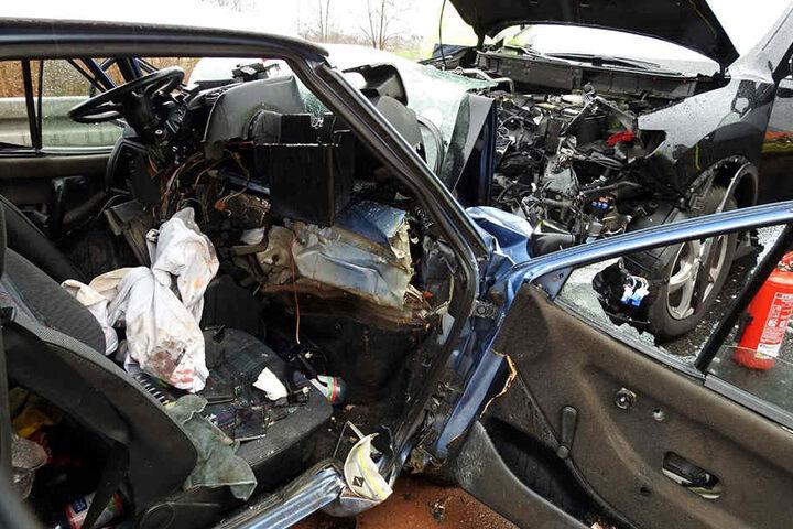 Durch den heftigen Aufprall wurde der VW Polo komplett deformiert.