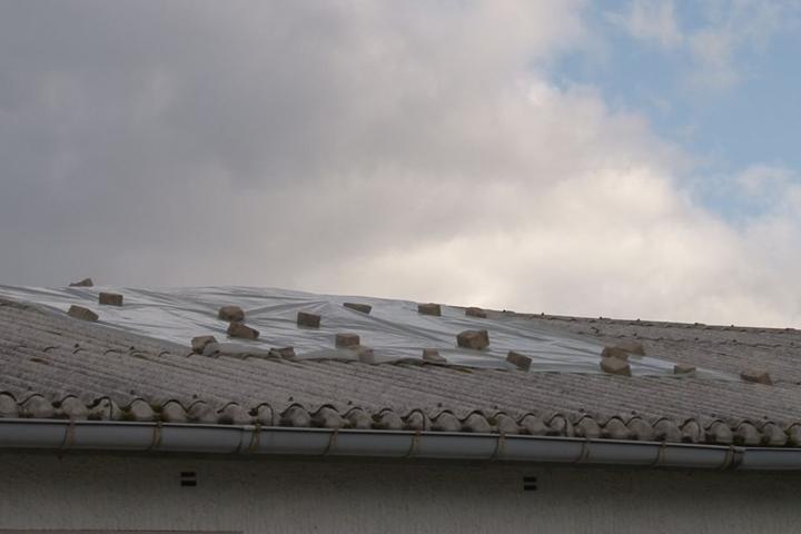 Auch das Dach der Bankfiliale ist betroffen.