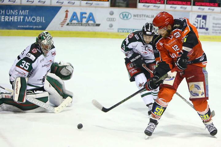 Lukas Pozivil (Eispiraten) scheitert am gegnerischen Goalie Timo Herden.