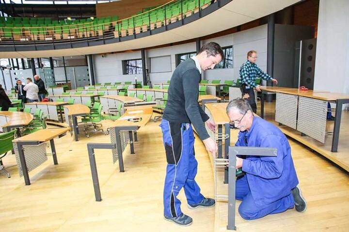 Handwerker beim Umbau der Sitzordnung im Landtag von Sachsen.