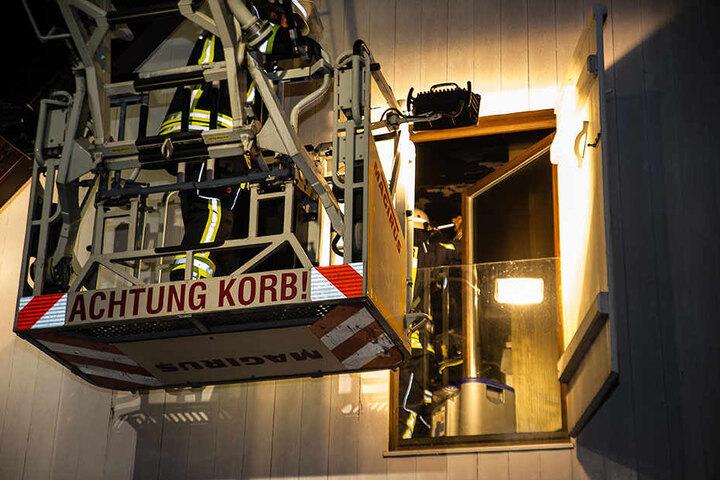 Über eine Leiter und einen Korb machten sich Einsatzkräfte ein Bild vom Brand.