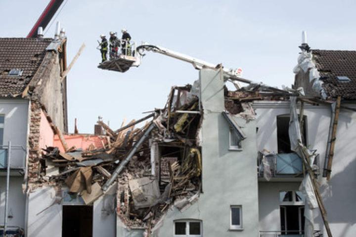 Für die Rettungskräfte war die Bergung nicht einfach, da die Hauswände der nebenstehenden Häuser ebenfalls vom Einsturz bedroht waren.