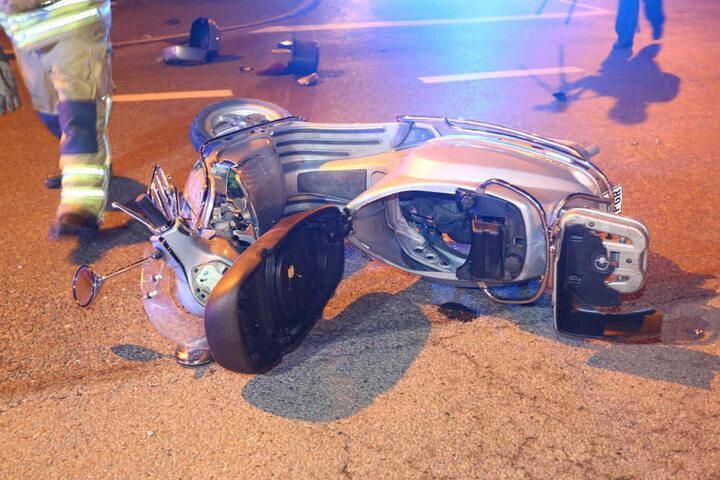 Die Vespa wurde mit hoher Geschwindigkeit erfasst, ihr Fahrer (72) erlitt ein Trauma und musste ins Krankenhaus eingeliefert werden.