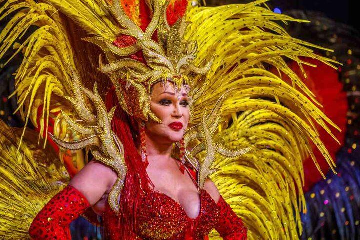 Zora Schwarz in einem extravaganten Kostüm.