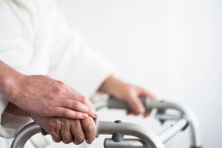 Die Bundeskanzlerin will sich die Arbeitsbedingungen in der Pflege anschauen. (Symbolbild)
